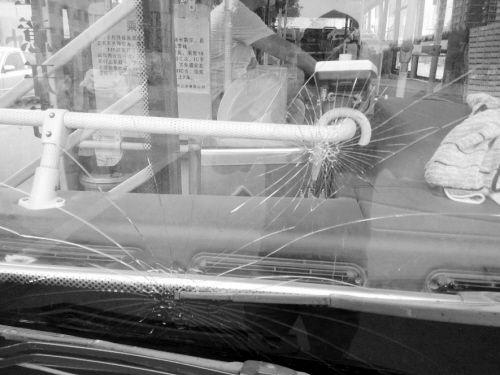 公交车挡风玻璃上的裂痕