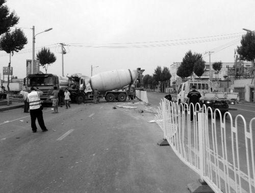 水泥罐车撞上了天然气运输车