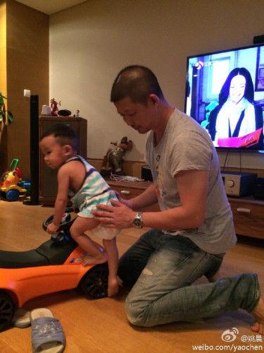 姚晨在微博上曝光一组老公曹郁和儿子小土豆玩耍的照片。