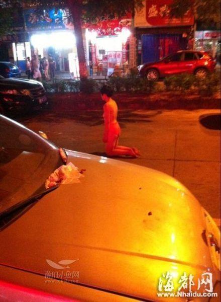 女子裸身当街跪立