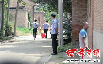 昨日,西安市阎良区谭家村,警方在事发的孙某家里勘查现场后,将提取的物证带走