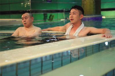 """潘长江荧屏首次""""裸戏""""引网友热议。(片方提供)"""