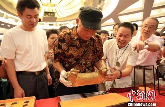 """唐代""""黄金鸳鸯枕""""亮相上海。"""