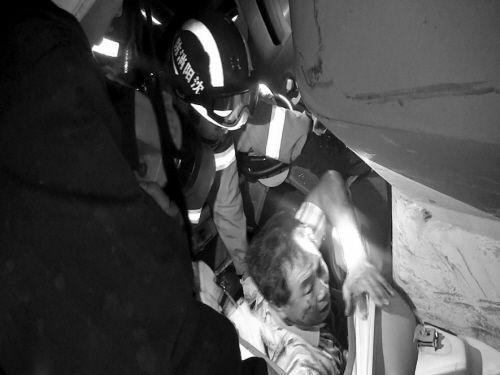 消防队员将父子救出