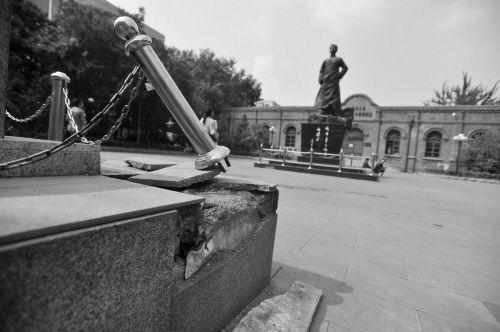 9个护栏顶端圆球失踪,纪念馆碑有损坏。