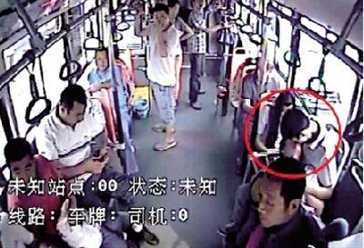 情侣公交车上激吻