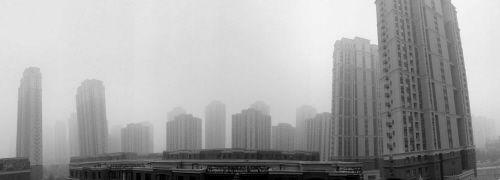 """8月22日清晨,一场大雾突然造访,笼罩了整座城市,宣告了""""埋汰天儿""""的到来"""