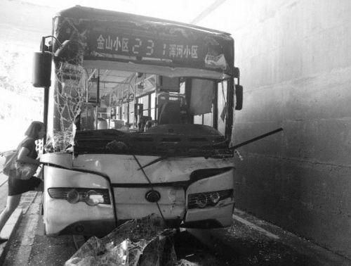 受伤的公交车