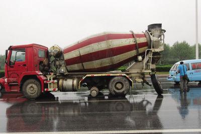司机称是螺丝杆断了,导致轮胎飞出