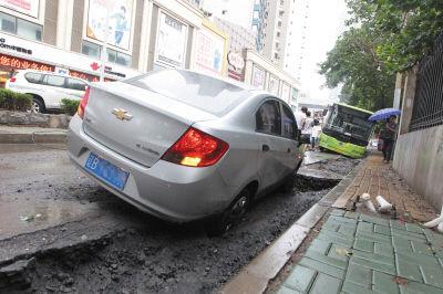 路面塌陷,车辆掉了进去。