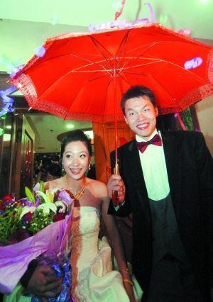2008年,朱芳雨胡美在婚礼上
