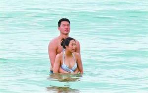 """朱芳雨与疑似""""小三""""的女子在海中拥抱"""
