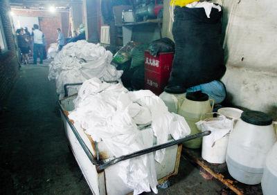 黑洗染企业里堆放着酒店、旅馆待洗的床单、被罩。