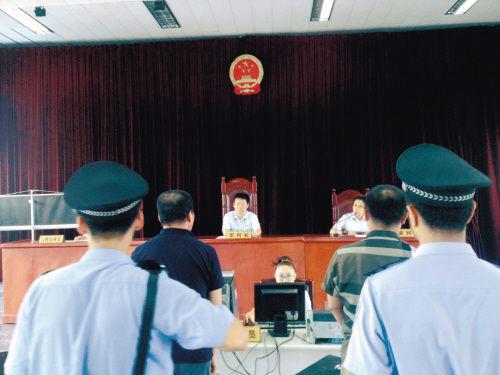 韩某(左)与桂某如今一起站到了被告席上