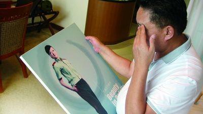 看着女儿卢晓琴过去的照片,卢锡德忍不住掉下眼泪