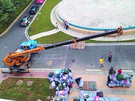 吊车吊送学生行李。网络截图