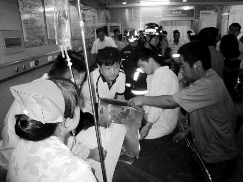 消防员和医护人员合力将伤者的手臂解救出来