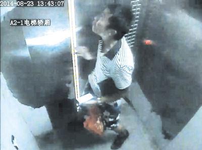 监控录像显示事发当时电梯门异常迅速地关上,夹到了高先生的手指