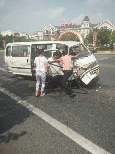 车上一名女子被卡在座位上,一条腿伸出车外