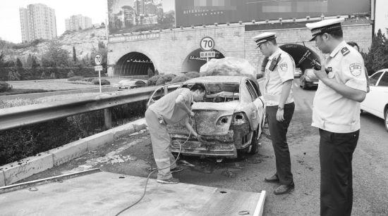 交警在现场询问车子自燃的原因。半岛晨报、海力网摄影记者阎昱颖