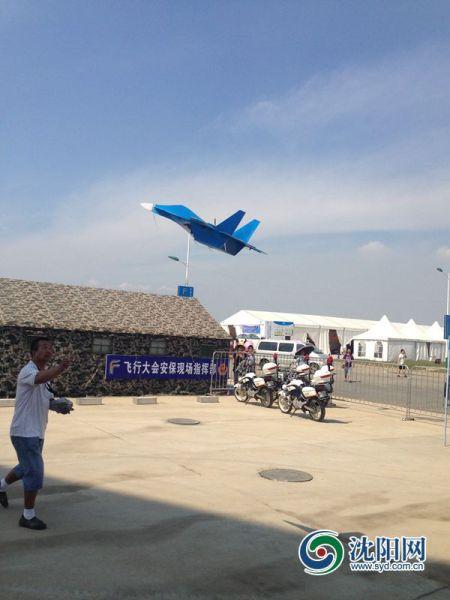 """51岁农民自制""""飞机""""参加飞行大会最高能飞上千米"""