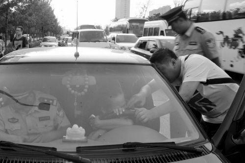 女司机痛哭阻扣车