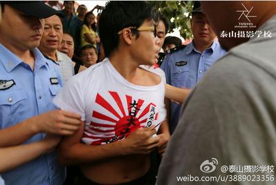 男子身穿宣扬日本军国主义T恤被痛斥