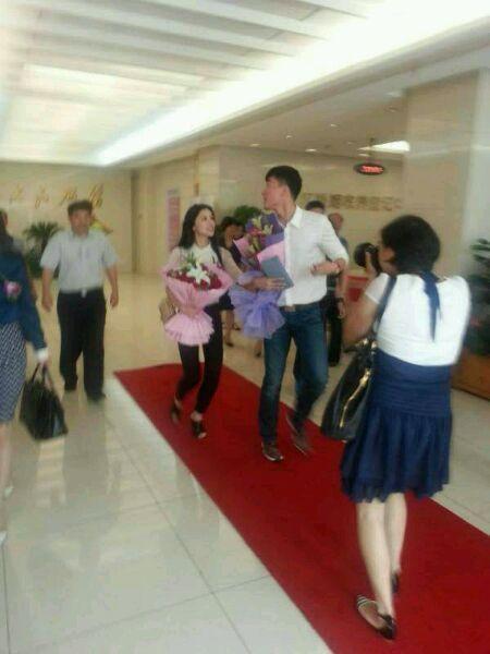 疑似刘翔与女友出现在婚姻登记处