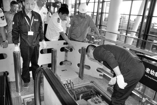 沈阳市质监局工作人员正在检查自动扶梯