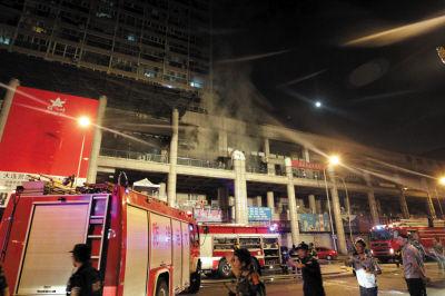 火灾发生一小时后,现场仍有浓烟。