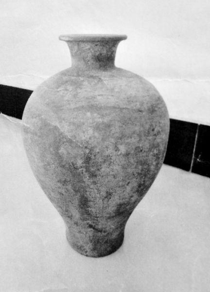 父子与他人另盗走一个金元时期的陶瓶