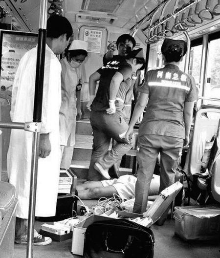 急救人员奋力抢救40分钟,老人还是走了。