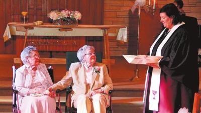 美国一对90岁同性恋老人相伴72年后结婚