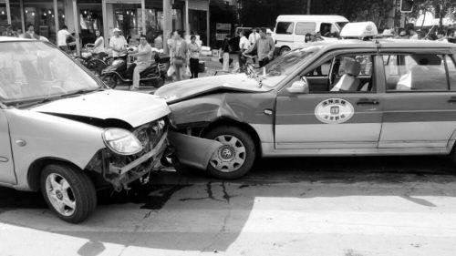 """这两辆迎头相撞的车都不是这场车祸的元凶,突然冲出的""""黑摩的""""导致它们撞到了一起"""