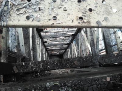 楼外在建电梯被烧得只剩下钢架子。