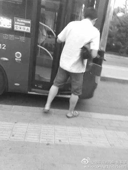 网友拍到穿拖鞋和高跟鞋的公交司机 微博截图