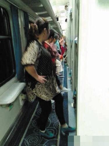 大妈们在狭窄车厢过道里跳起了广场舞