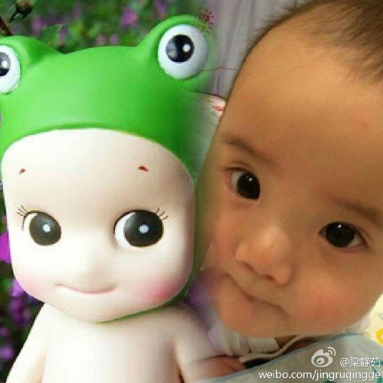 """""""照片中,梁静茹儿子怀抱着人偶娃娃,有着圆圆的眼睛,可爱的小嘴巴和"""