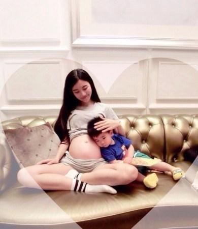 美女硕士毕业抱儿子怀女儿被称人生赢家