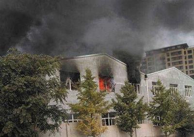 火灾现场,浓烟蹿起约数十米高。