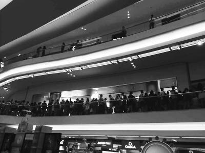 香港某大型商场里,排队购买苹果新机的人满满地站了二楼一层。
