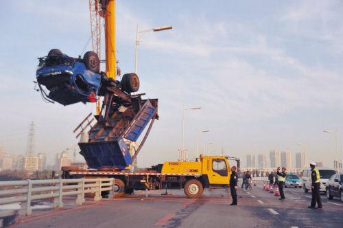货车坠河致一死四伤