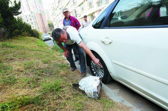 从山上滚落下来的水泥疙瘩将一辆车砸伤。半岛晨报、海力网摄影记者张腾飞