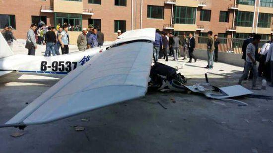 法库一架飞机坠入居民区造成两人死亡(图)