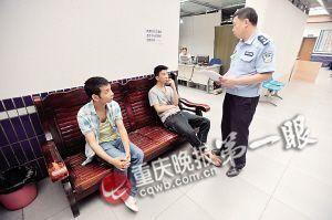 民警对小张(左一)和小吴进行调解
