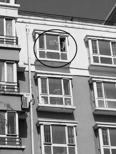 警察在出事窗口勘查。