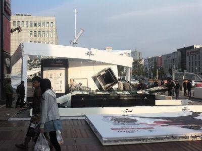 相关部门正在清理倒塌的广告展棚。 本报记者万恒摄