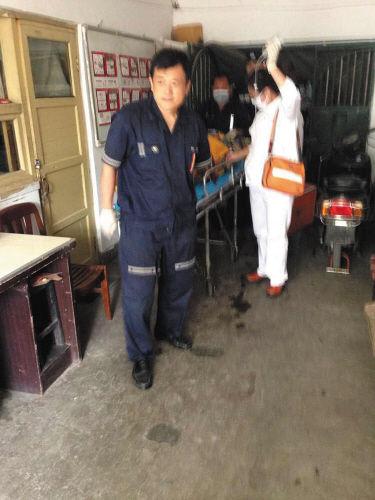 中毒男子正在输液,急救人员将其送医院。