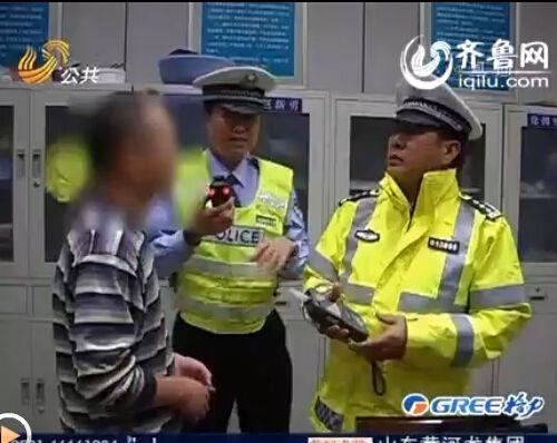 天桥交警在泺安路查酒驾时,发现一司机满身酒气。