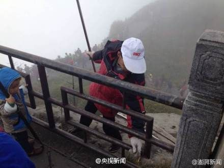 峨眉山环卫工悬崖边冒险捡游客垃圾